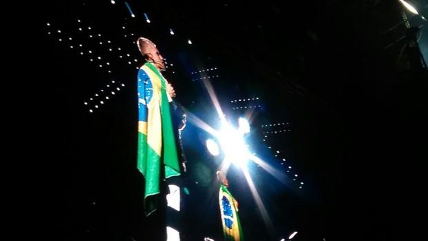 Justin Bieber com a bandeira do Brasil (Foto: EGO)