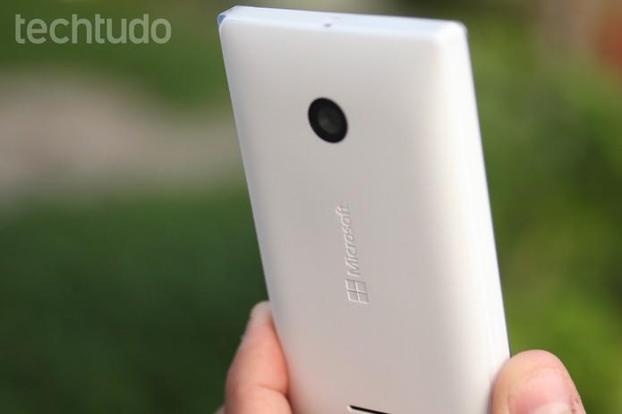 O Lumia 532 tem design moderno e tem apenas 136,3 gramas de peso (Foto: Lucas Mendes/TechTudo)
