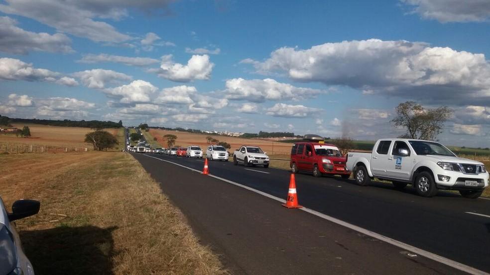 Uma das faixas da rodovia precisou ser interditada durante o resgate (Foto: Fábio de Souza/EPTV)