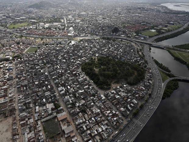 Imagem aérea do Conjunto de Favelas da Maré, na Zona Norte do Rio (Foto: Ricardo Moraes/Reuters)