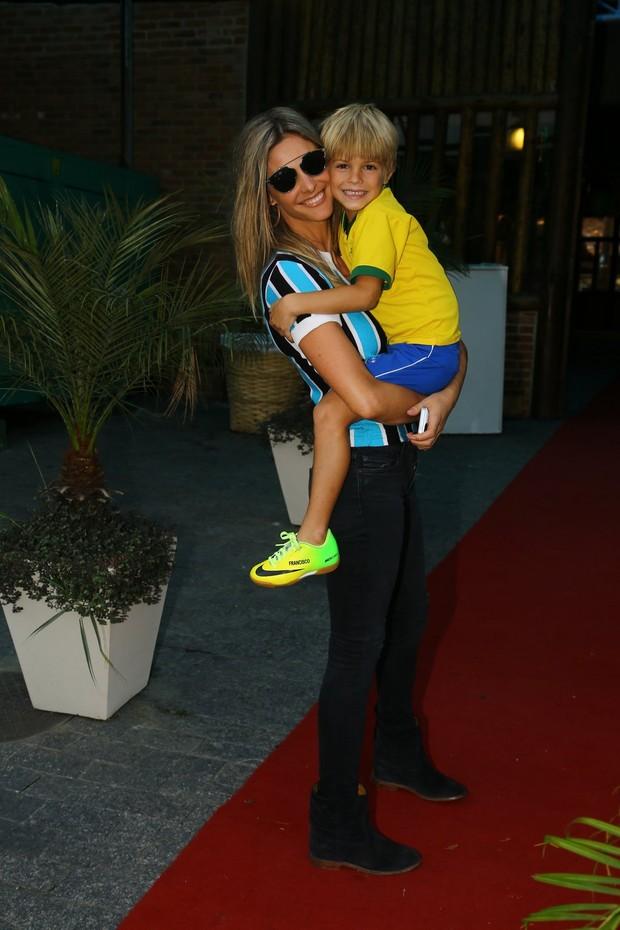 Fernanda Lima com um dos filhos (Foto: Marcello Sá Barretto / AgNews)