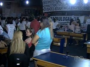Em assembleia, professores decidem manter greve e ocupação na Câmara de Goiânia, Goiás (Foto: Reprodução/TV Anhanguera)