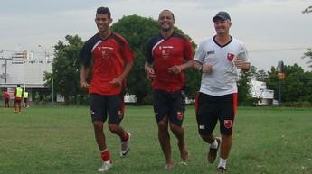 Tuta e Augusto fazem trabalho de recuperação para estreia do Flamengo-PI (Foto: Emanuele Madeira/GLOBOESPORTE.COM)