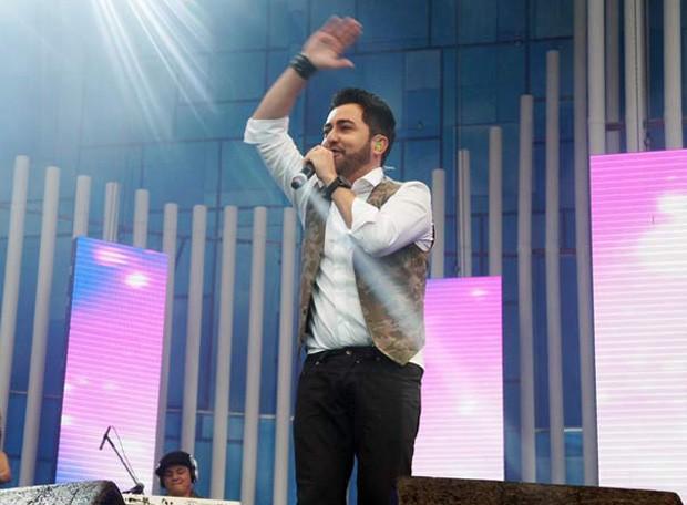 O cantor sertanejo Jonas Vilar foi o primeiro a subir no palco (Foto: Ricardo Moreira / G1)