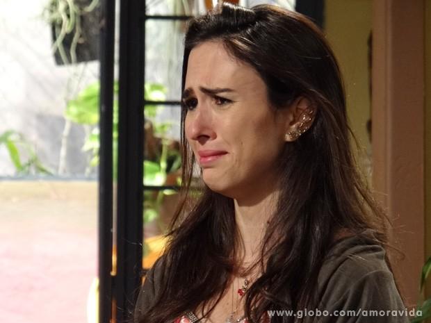 Gata chora ao ver Carlito arrasado (Foto: Amor à Vida / TV Globo)