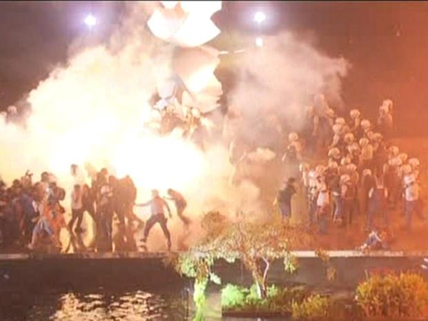 Para expulsar e impedir entrada de manifestantes no Itamaraty, policiais usaram extintores de incêndio (Foto: Reprodução/TV Globo)