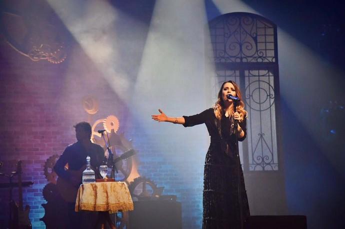 """Sandy se emocionou ao cantar """"Pés Cansados"""" e recordar a estreia da carreira solo em Curitiba, em novembro de 2010 (Foto: Amanda Queiroz)"""