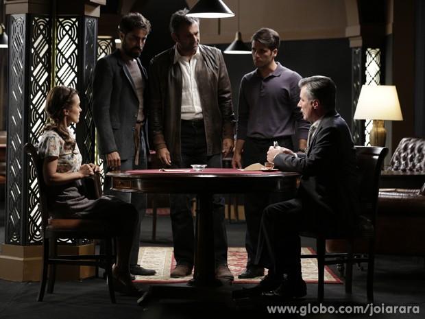 No flagra! Fabrício, Mundo e Franz pegam Valter dando dinheiro para Rosa (Foto: Fábio Rocha/TV Globo)