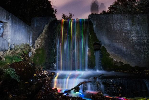 Cachoeira da Califórnia iluminadas pelo projeto Neon Luminance (Foto: Sean Lenz e Kristoffer Abildgaard/Divulgação)