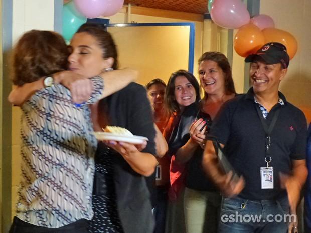 Fofa! Primeiro pedaço de Giovanna vai para Natália do Vale (Foto: Em Família/ TV Globo)