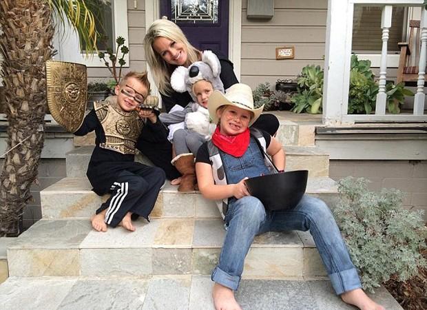 Julie se mudou para o local com os filhos de cinco, seis e nove anos (Foto: Reprodução/Facebook)