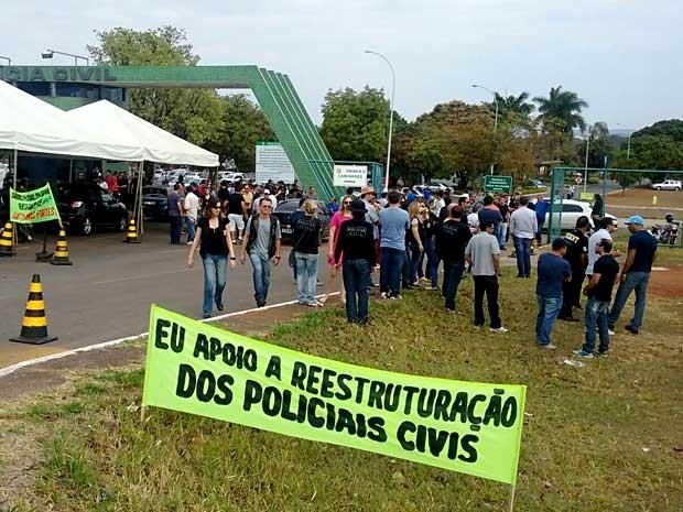 Policiais civis do DF na entrada da Direção Geral da Polícia Civil (Foto: Isabella Formiga/G1)
