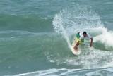 Samuel Igo e Elivelton Santos passam de fase em torneio mundial de surfe