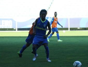 Zé Roberto treinou no meio-campo com os portões abertos (Foto: Eduardo Deconto/GloboEsporte.com)
