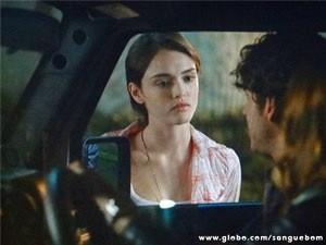 Giane mostra o ''sorrisão'' quando vê Bento e Malu juntos (Foto: Sangue Bom / TV Globo)