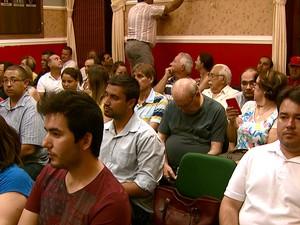 Plenário ficou lotado, mas sessão foi cancelada (Foto: Eder Ribeiro/EPTV)