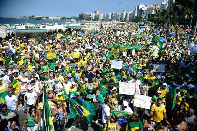 Diversos grupos protestam contra o governo na Avenida Atlântica, em Copacabana, zona sul do Rio (Tomaz Silva/Agência Brasil) (Foto: Tomaz Silva/Agência Brasil)