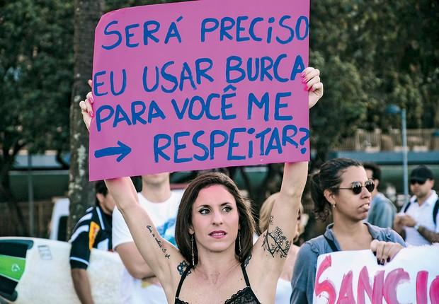 """BARULHO Manifestantes na Marcha das Vadias, em julho, no Rio  de Janeiro.  Elas defendem o respeito ao corpo  e à dignidade  feminina, ofendidos pelas """"cantadas""""  (Foto: Marcelo Fonseca/Brazil Photo Press/Folhapress)"""