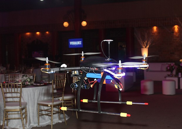 1 dos drones (mini-helicópteros controlados por controle remoto) com câmera para filmagem aérea (Foto: Fábio Cordeiro)