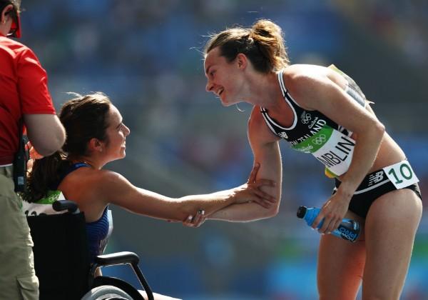 Nikki Hamblin, da Nova Zelândia, e Abbey D'Agostino, dos Estados Unidos, após terminarem prova dos 5.000 metros (Foto: Getty Images)