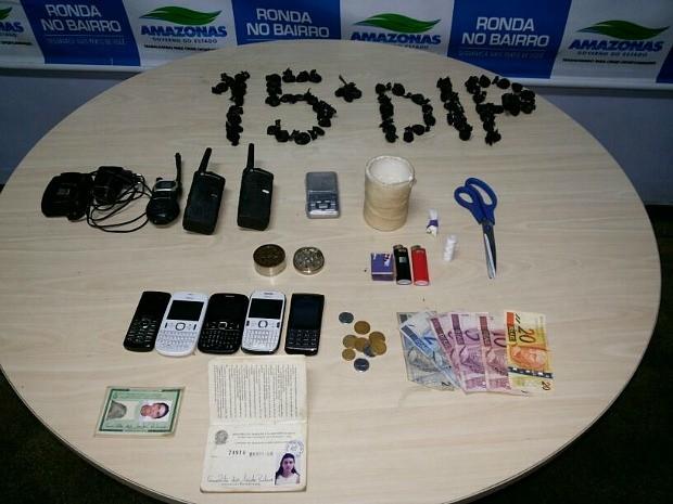 Materiais apreendidos com a mulher detida (Foto: Divulgação / Polícia Civil)