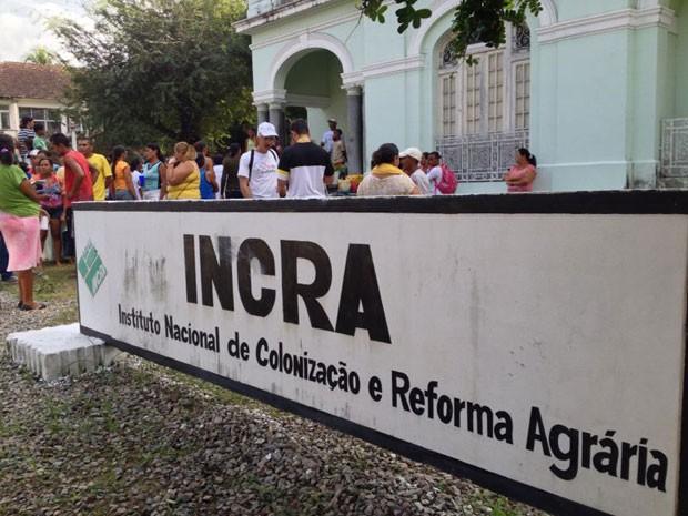 Manifestantes estão no terraço e jardim do prédio do Incra (Foto: Kety Marinho / TV Globo)