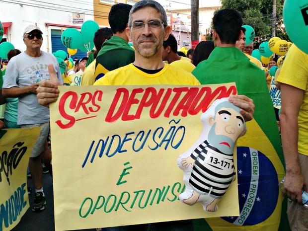 Carlos Ferraz, de 50 anos, defende que a população vá para a rua (Foto: Lislaine dos Anjos/G1)