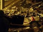 Caminhão tomba em viaduto, e carga de papelão despenca sobre carro