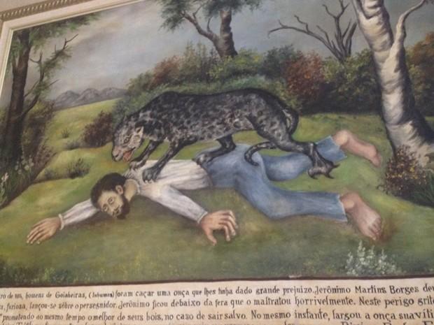 Quadro de 1914 relata história de homem salvo de ataque de onça (Foto: Fernanda Borges/G1)