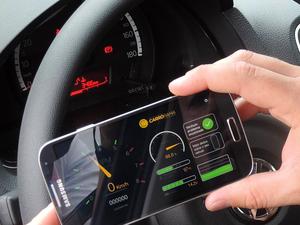 Aplicativo mostra informações não existentes em alguns carros, como o RPM (Foto: Jomar Bellini / G1)
