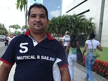 Manoel já fez a reforma em casa com o salário extra (Foto: Vitor Tavares / G1)