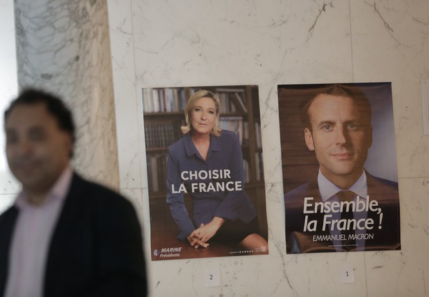 Candidatos à presidência da França em cartazes no consulado do país nos EUA (Foto: Joe Penney/Reuters)