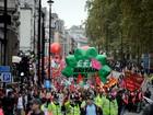 Milhares de pessoas manifestam-se em Londres contra queda dos salários