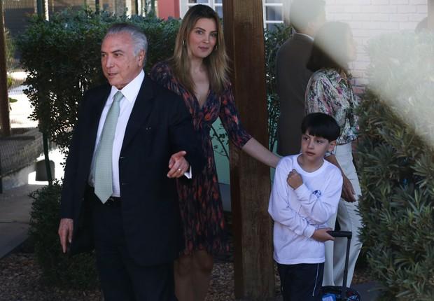 O presidente Michel Temer acompanhado da mulher, Marcela Temer,  busca o filho Michelzinho na escola, no Lago Sul (Foto: José Cruz/Agência Brasil)