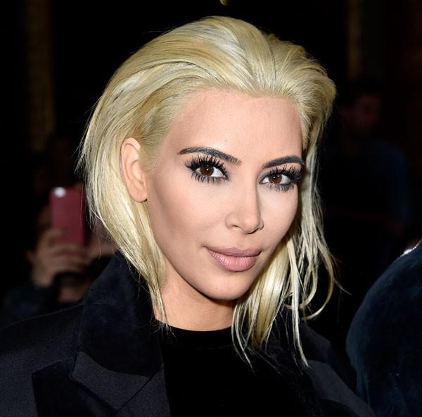 Kim fez uma das suas tranformações mais radicais em 2015, quando descoloriu os fios e cortou curto (Foto: Getty Images)