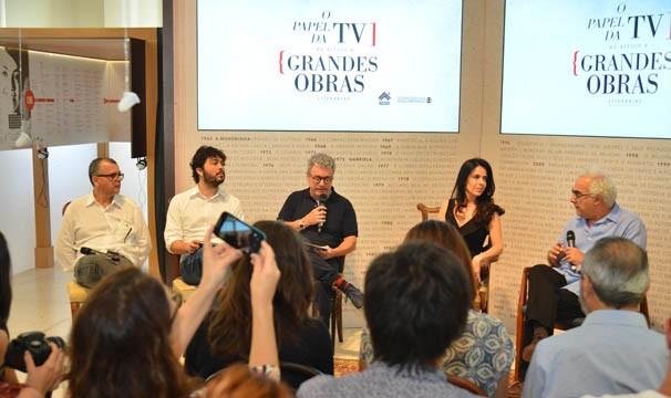 Mesa do debate formada por: Fernando Bonassi, Paulo Werneck, Edney Silvestre, Maria Camargo e Milton Hatoum (Foto: Globo/Kiko Cabral)