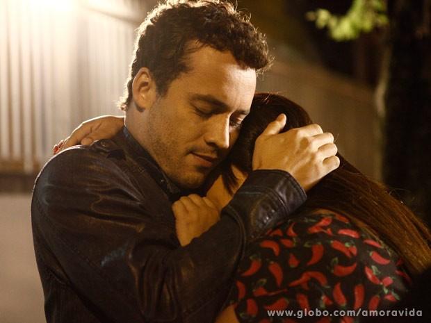 Fofos! Eles se abraçam depois que ela aceita (Foto: Amor à Vida/TV Globo)