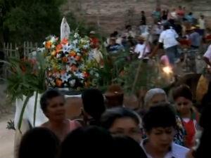 Fiéis participam de procissão no sertão de Alagoas  (Foto: Reprodução/TV Gazeta)