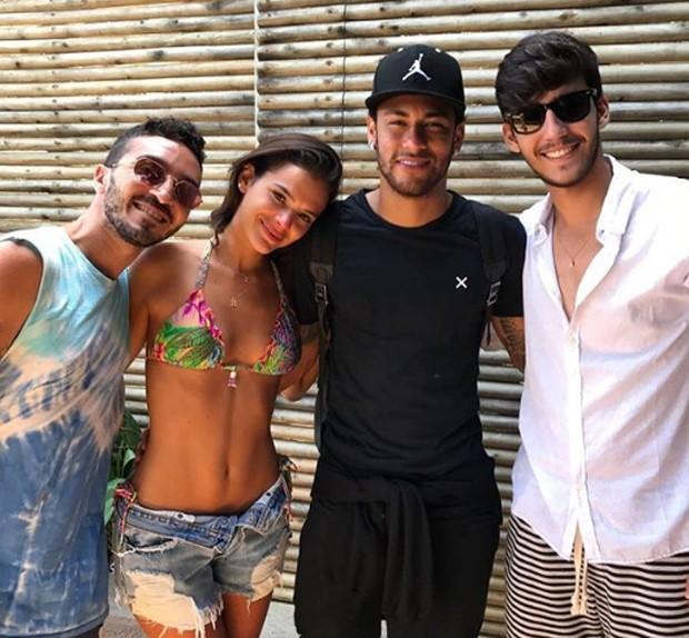 Bruna Marquezine posa com Neymar e fãs (Foto: Reprodução/Instagram)