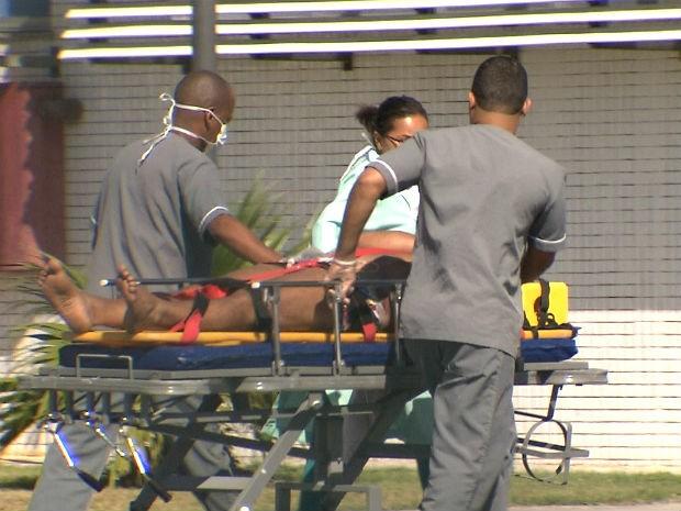 Vítima da queda do helicóptero em Jaguaripe, sendo socorrido no Hospital do Subúrbio (Foto: Imagens/ TV Bahia)