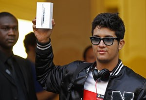 Anthony Fletch, de Paris, foi o primeiro a comprar o iPhone 5 na França (Foto: Reuters)