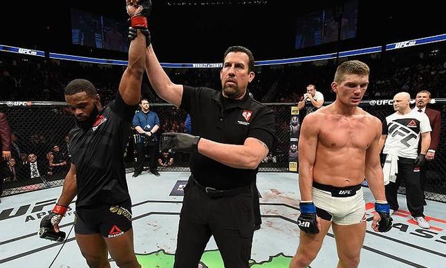 Tyron Woodley vence luta vaiada do início ao fim