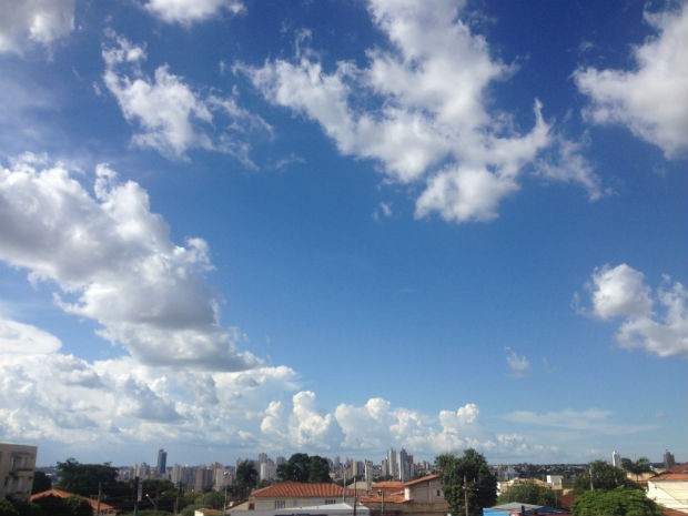 Céu de Campo Grande na tarde deste domingo (18) (Foto: Mirian Machado/ G1 MS)