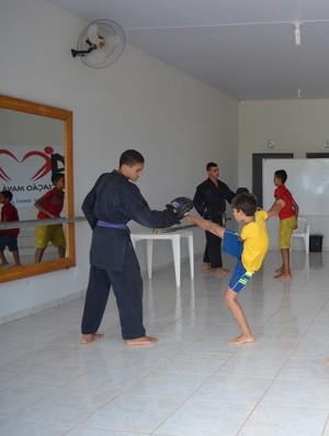 Pai e filho dão aulas de karatê à crianças carentes (Foto: Fernanda Bonilha)