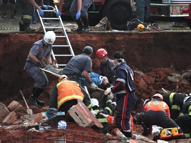 Bombeiros trabalham no resgate de um operário após desabamento de um muro em uma obra em Campinas, no interior de São Paulo. Dois operários morreram e pelo menos outros três ficaram feridos no acidente (Foto: Denny Cesare/Código19/Estadão Conteúdo)