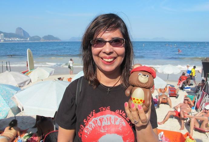 Ana Loureiro leva miniatura do mascote Misha para a orla de Copacabana, no Rio de Janeiro (Foto: Carol Fontes)