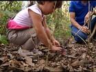 Filhas de biólogo convivem desde crianças com animais selvagens; veja