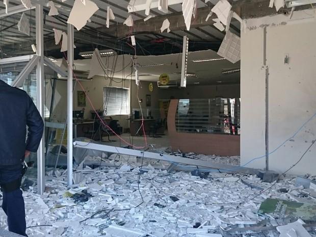 Agência de Jataizinho ficou destruída após ação de criminosos (Foto: Alberto D´Angele/RPC)