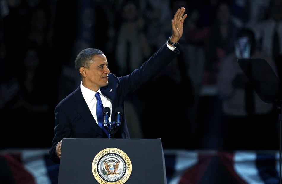 Obama acena para seus eleitores (Foto: Jeff Haynes/Reuters)