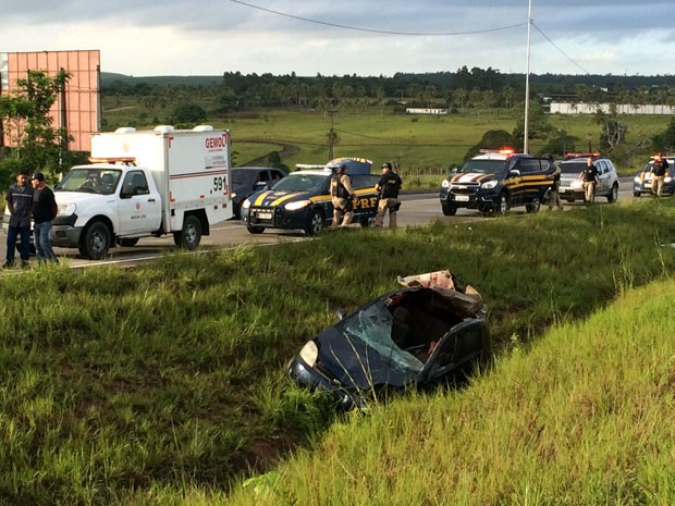 Motorista morreu depois de bater em animal na BR-101 sentido Recife-João Pessoa (Foto: Walter Paparazzo/G1)